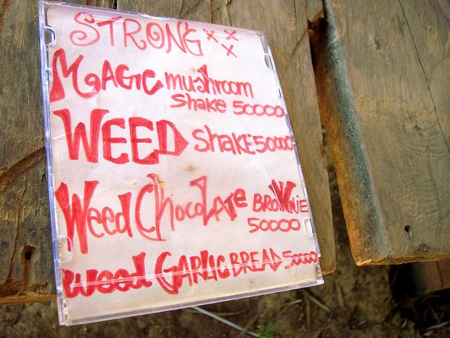 Drugs availability in Vang Vieng, DSC01747 by jonrawlinson (Flickr)