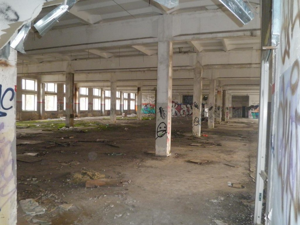 Empty former textile factory in Uzupis (picture by Jorn Koelemaij)