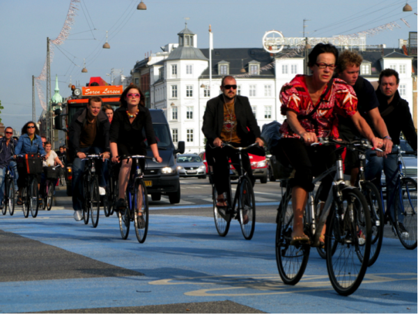 Copenhagen bikers and drivers share the road during morning rush hour (photo by Colville Andersen)