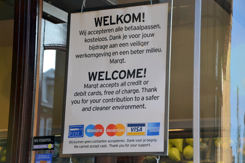 A sign in Dutch retail  encouraging payment by EC or creditcard