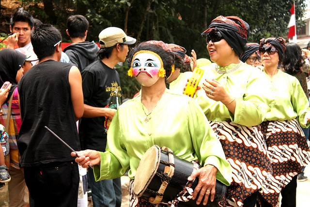 Picture 3: Traditional clothing and instruments at kampung kreatif festival (Picture by Kakiikan, 2013)