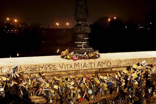 Love Padlocks in Rome, Italy  - Photo by sunshinecity (Flickr)
