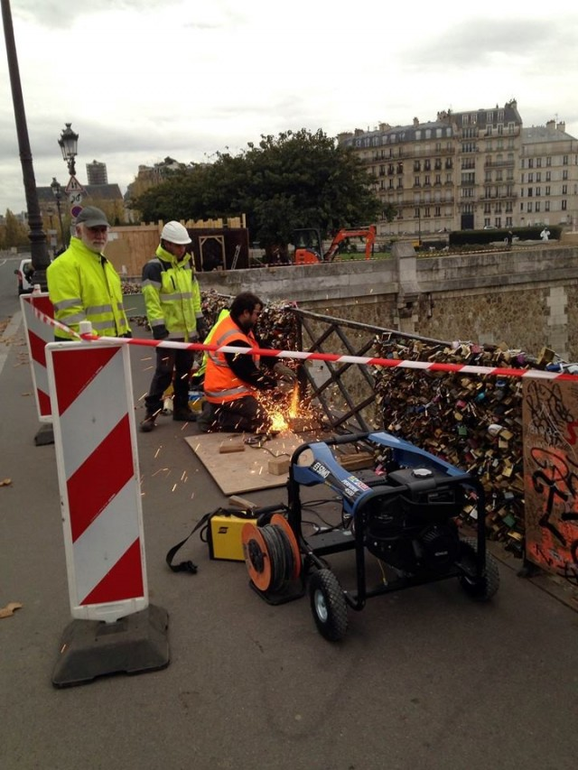 Glass panels being installed at Pont de  l'Archevêché in Paris, 2014. Photo: No Love Locks Facebook Page