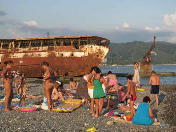 Beach of Sukhumi (Photo by: Guy Degen)