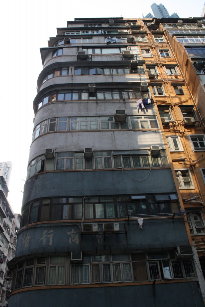 An old Hong Kong style tenement building of 7 to 8 storeys, buildings which are also referred to as Tong Lau (Photo: Isabella Rossen)