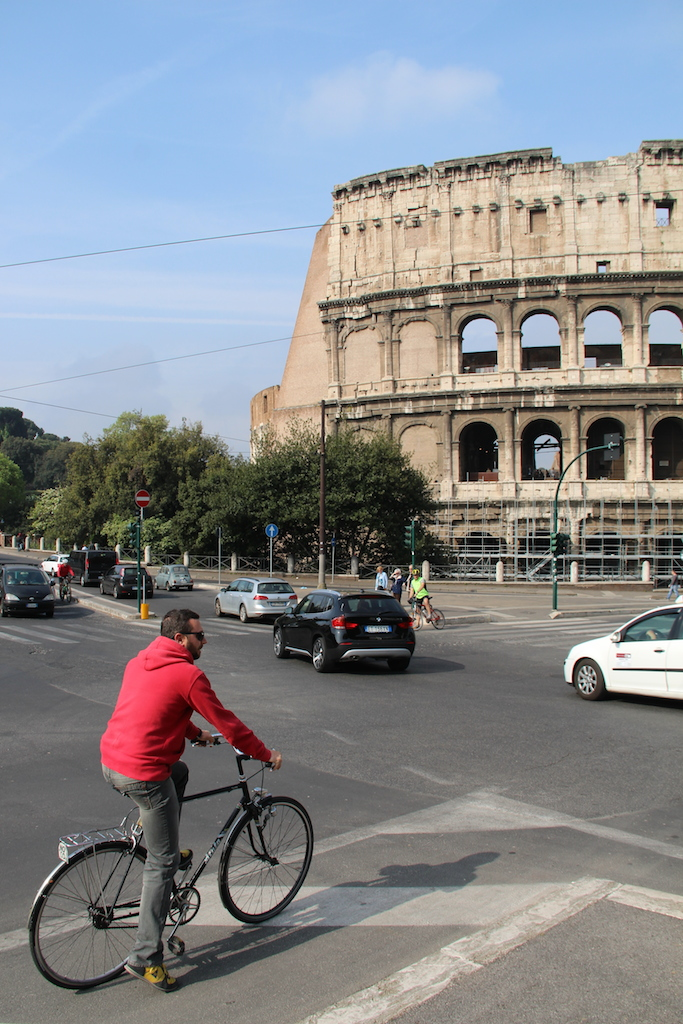 Waiting for traffic in front of the Colosseum (Picture by Erik van Rijn, 2015)