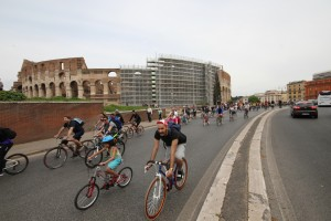 In Bici A Roma 26/4 at the Colosseum (Picture by Erik van Rijn, 2015)