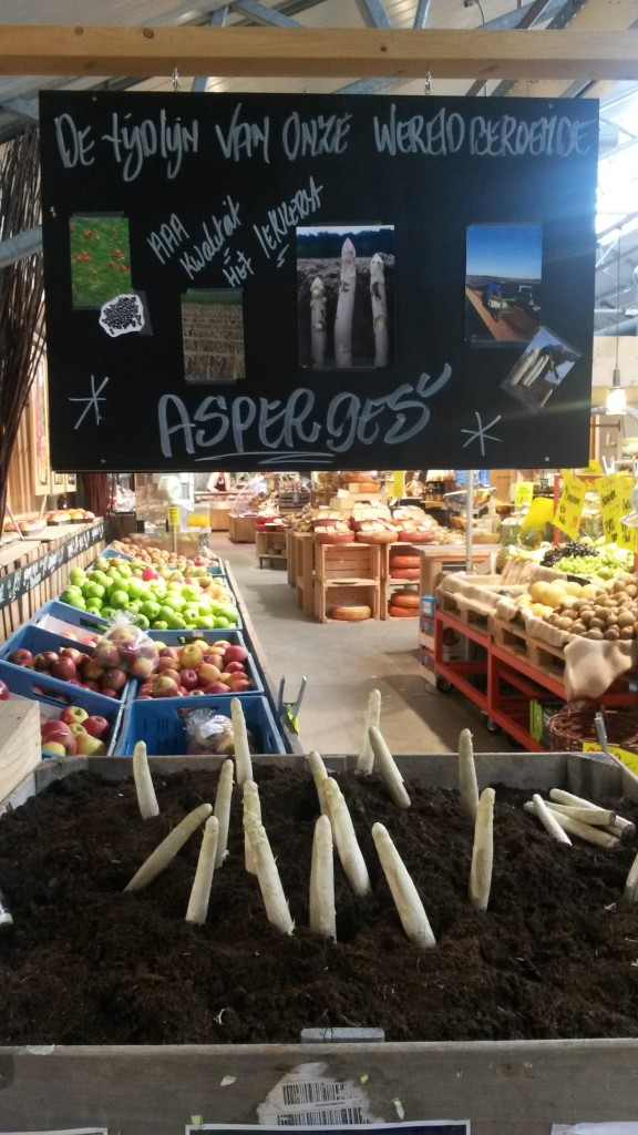 blackboard in the Landmarkt about the growth of asparagus (Source: Rosanne Nieuwesteeg, 2015)