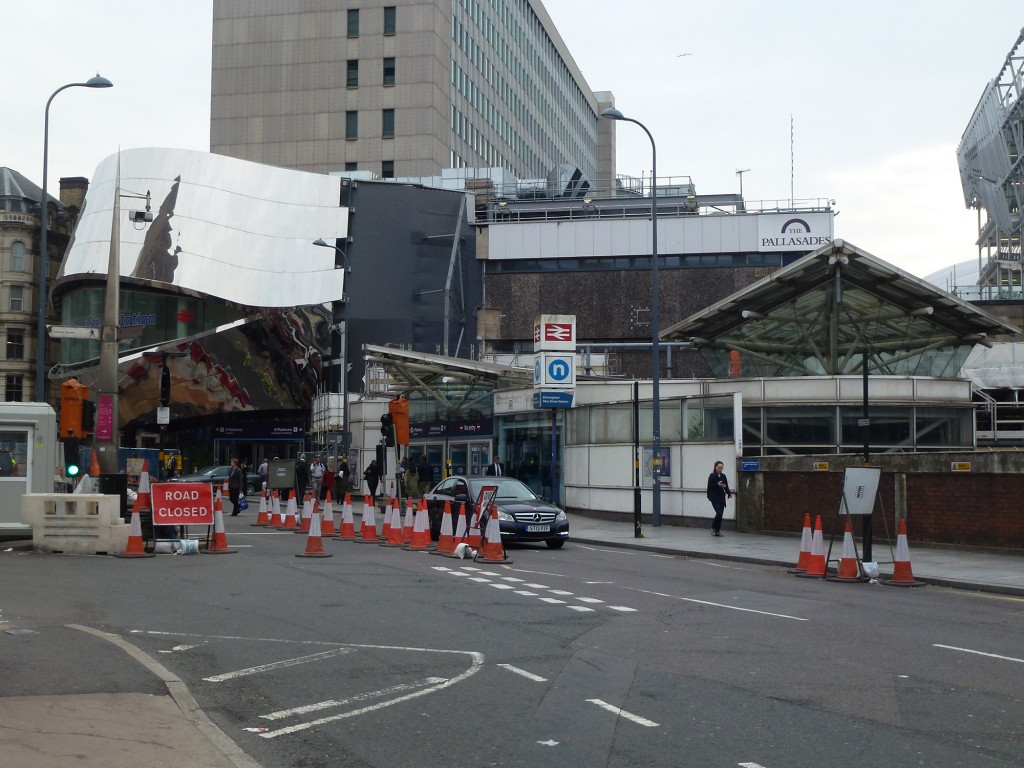 The new entrance to Birmingham New Street station (left), next to the last remains of shopping mall Palisades that will soon be demolished (Photo: Marco Bontje)