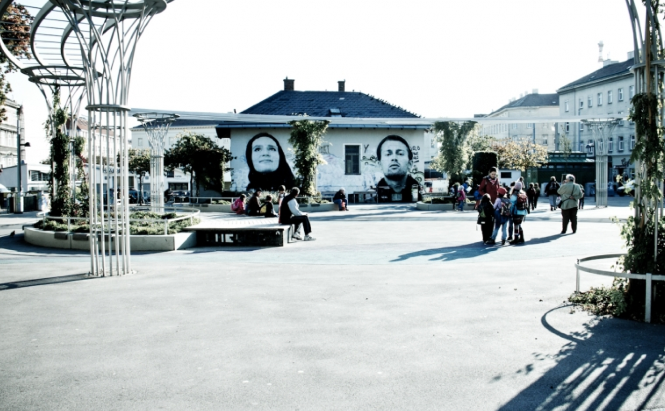 In 'Brunnenviertel', a 'multi-cultural' square at the heart of the neighborhood. (picture by urbalize.com)