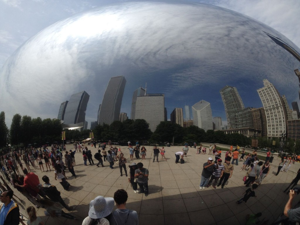 Cloud Gate by Anish Kapoor in Chicago's Millennium Park (Photo: Anne Bijlmer)