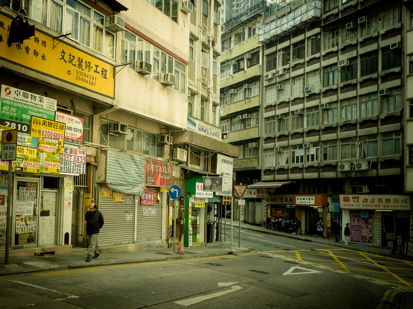 Street scene in Sai Ying Pun (Photo: Os Ishmael/Flickr)