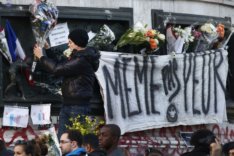 "Place de la République, Paris after the Paris attacks of November 2015 (Benoit Tessiers/Roeters) The sign reads ""Même pas peur », « Not even afraid »"
