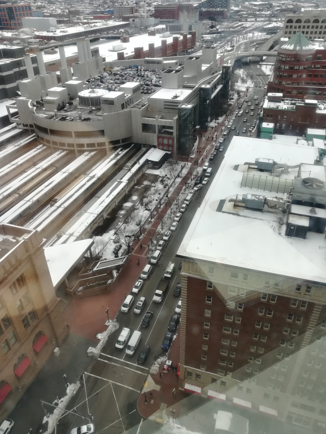 Taxis and ride-sharing cars lining up in front of the South Station, Boston (Photo: Julian Bluemle)