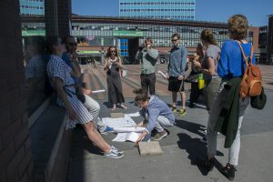 Students gathering the results of their discussions with passersby at Bos en Lommerplein (Photo: Martijn Gerritsen)